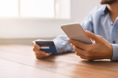 rsz_1man-using-credit-card-and-smartphone-for-shopping--56sqbwu